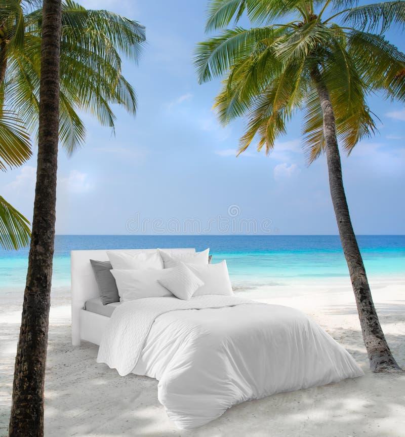 Säng med sänglinne i naturen Snövit säng mot en härlig natursikt royaltyfri bild