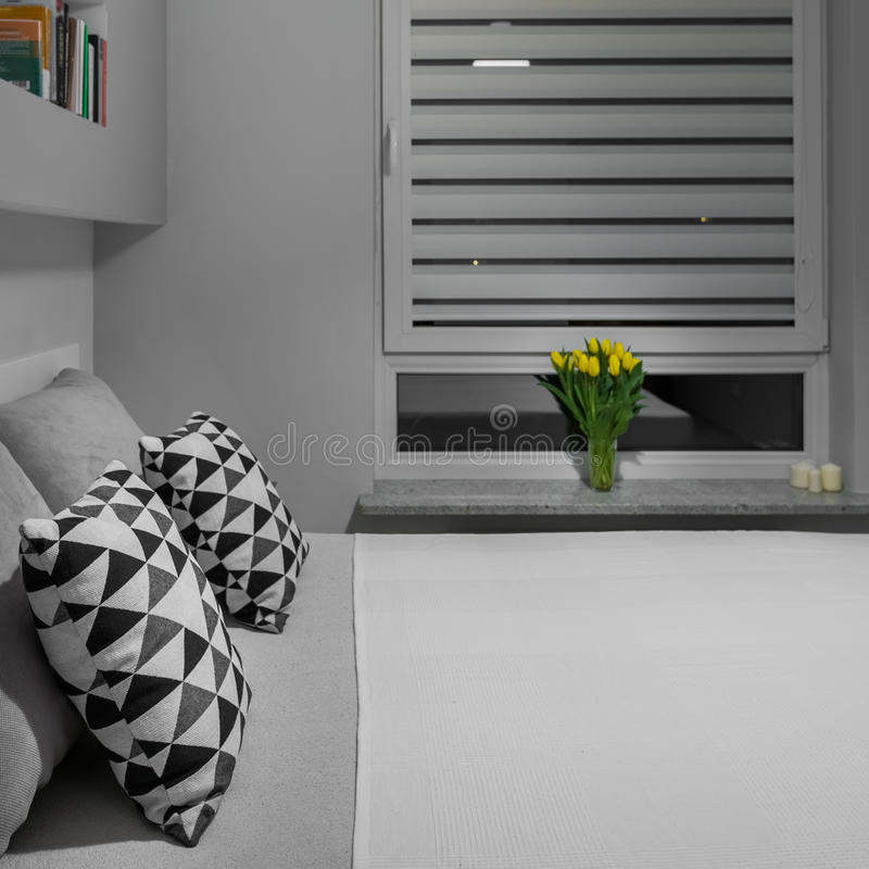 Säng nära fönster royaltyfria foton