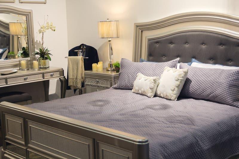 Säng och annat möblemang av ett lyxigt sovrum i en klassisk stil fotografering för bildbyråer