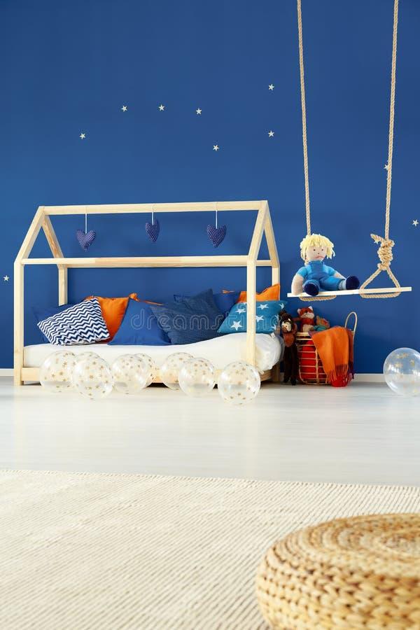 Säng och gunga i ungerum arkivfoton