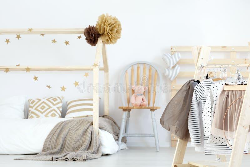 Säng och kläder royaltyfria foton