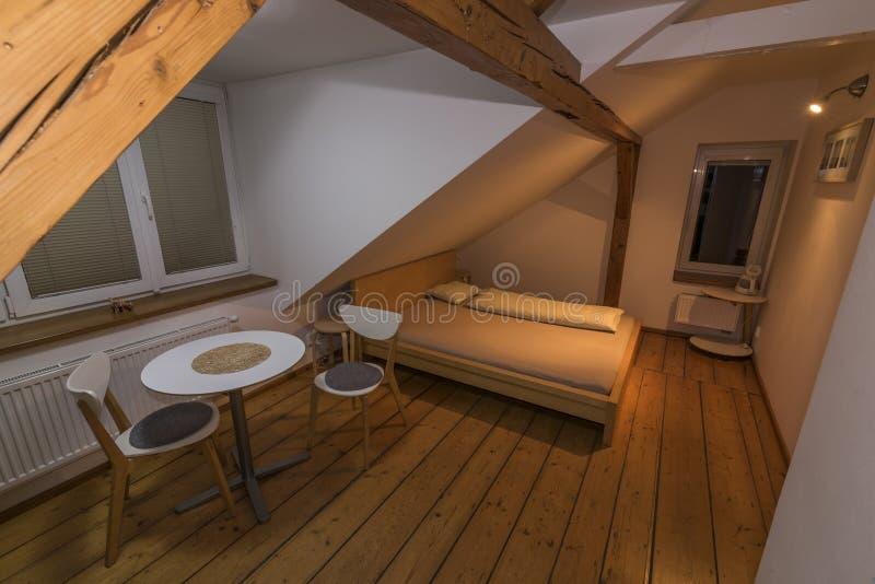 Säng och tabell med stol i hotellrum royaltyfri bild