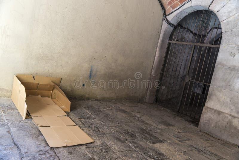 Säng som göras av lådor av en hemlös man royaltyfri foto