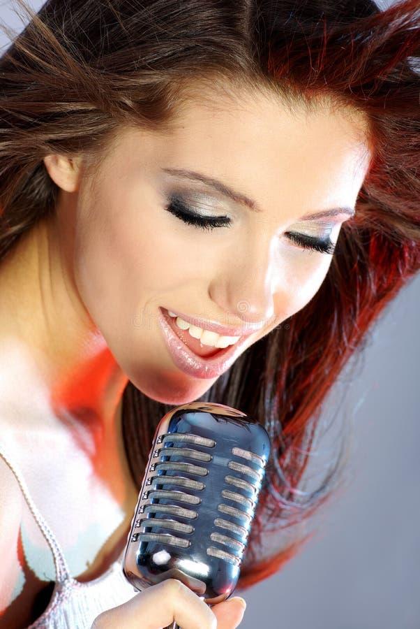 Sänger auf Stufe lizenzfreie stockfotos