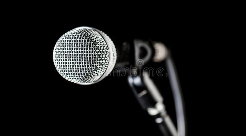 Sänger in den Karaoke, Mikrophone Live-Musik, Audiogeräte Nahaufnahmemikrofon, Makromic, Karaoke, Konzert, Stimme lizenzfreies stockbild