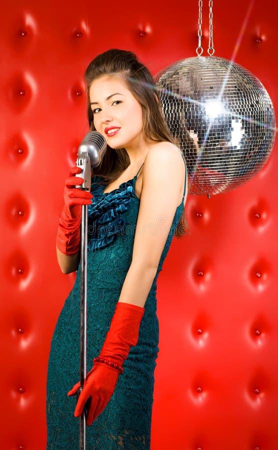 Download Sänger der jungen Frau stockbild. Bild von schönheit, leistung - 9087681