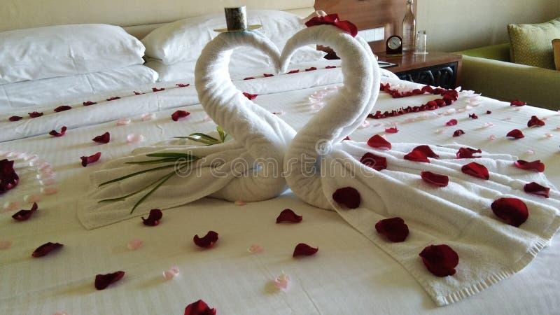 sänggarnering för personer på bröllopsresa royaltyfri bild