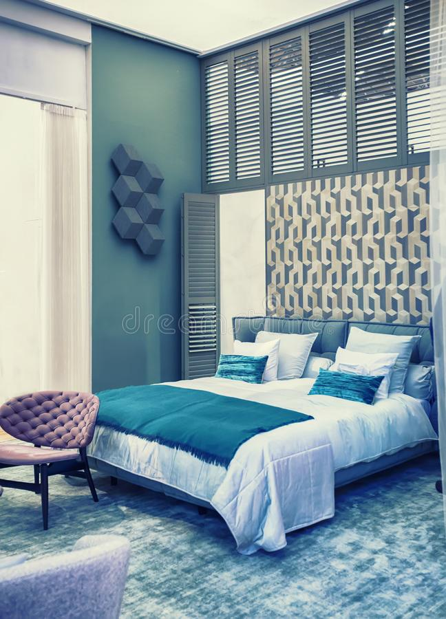 Sängrum i retro-stil arkivbild