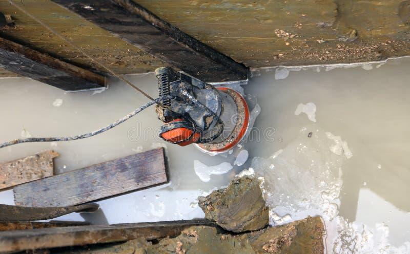Sänkbar pump för utdragning av vatten från vägen under excav royaltyfri foto