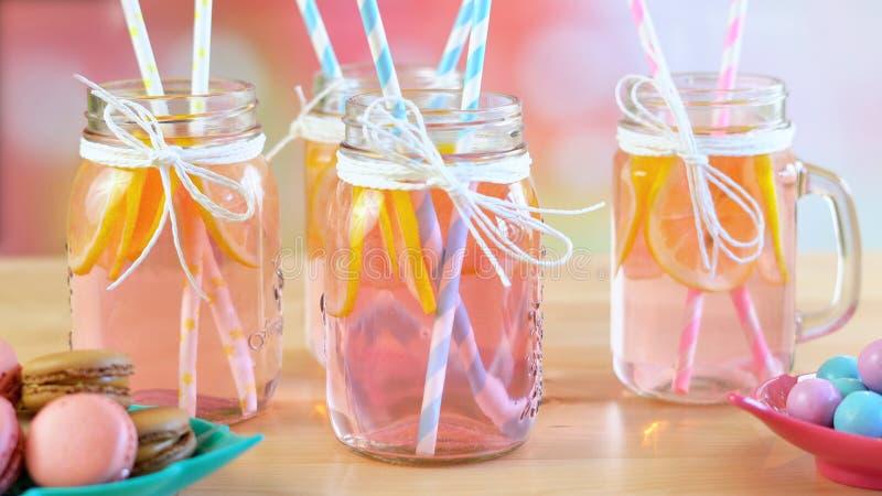 Sära tabellen med rosa lemonad i closeup för murarekrus royaltyfri bild