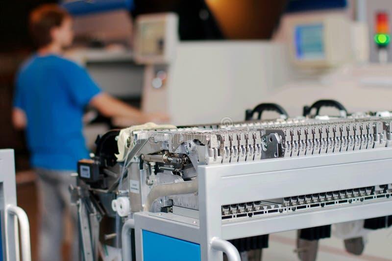 Särar av en maskin som producerar mikrochipers arkivfoton