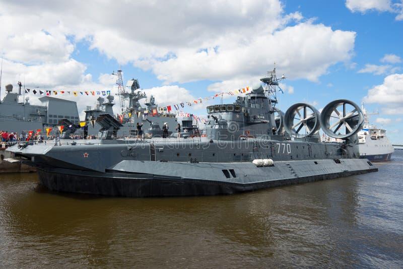 Särar små för en Evgeny Kocheshkov för ` för skeppet för amfibisk anfall tagande ` i den internationella sjö- salongen arkivbilder