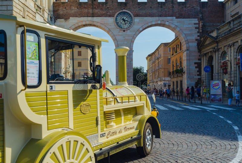Särskild närbild av det turist- drevet av Verona Drevet gör flera ruttar i staden som kommer med turister till strömförsörjningen royaltyfria bilder