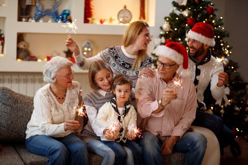 Säsong, åldring, gåvor, ferie och folk-familj med spridaren royaltyfri fotografi