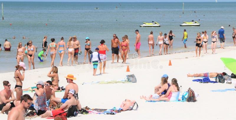 Säsongen för våravbrottet på den Clearwater stranden kommer med i soldyrkarna arkivfoto