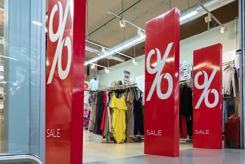 Säsongförsäljning, svarta fredag och shoppabegrepp Anti--stöld avkännareportar på ingången till det bekläda lagret med röda proce royaltyfria foton