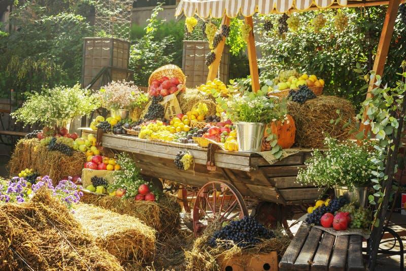 Säsongsbetonad jordbruksmarknadgodsskärm Färgrika frukter och grönsaker för höstgarneringar på den åkerbruka mässan - Bild arkivbild