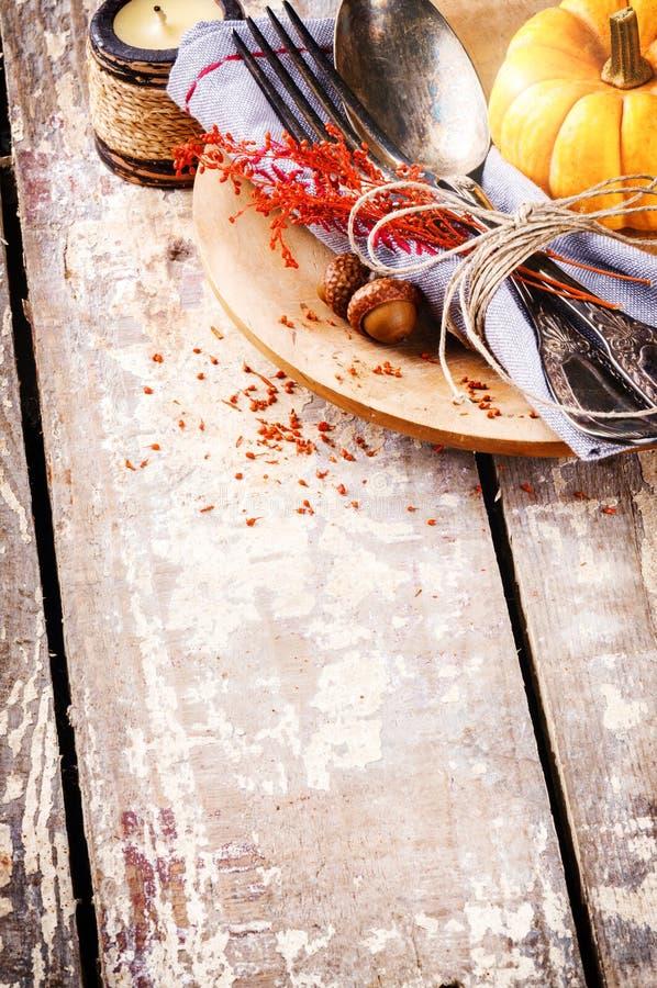 Säsongsbetonad tabellinställning med dekorativ pumpa arkivfoton