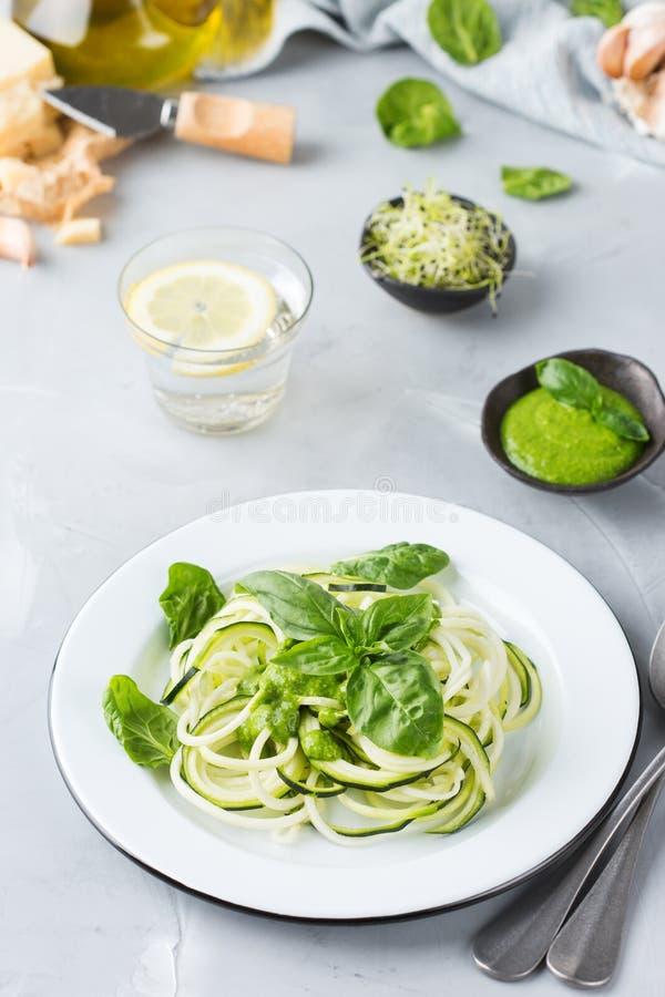 Säsongsbetonade nudlar för zucchinispagettipasta med spenatpestosås fotografering för bildbyråer