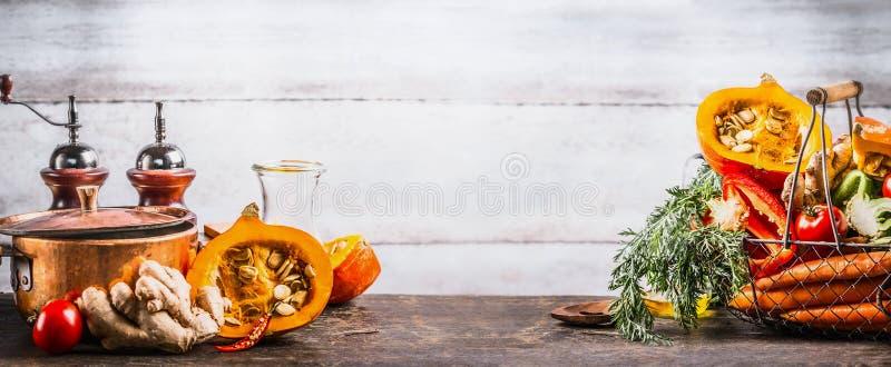 Säsongsbetonat matlagningbegrepp för höst Säsongsbetonade organiska grönsaker för olik höst: pumpa morot, paprika, tomater, ingef royaltyfri foto