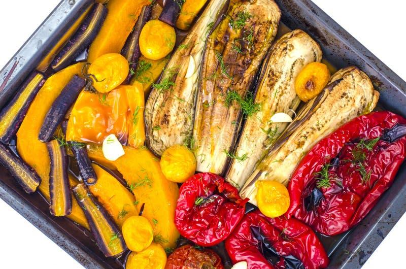Säsongsgrönsaker bakade på bakplåt arkivfoto
