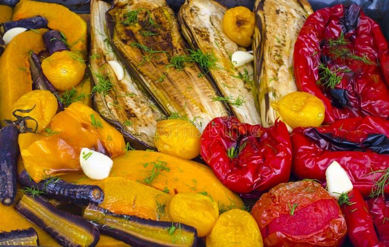 Säsongsgrönsaker bakade på bakplåt arkivbild
