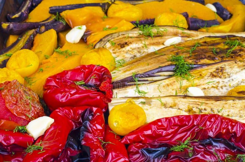 Säsongsgrönsaker bakade på bakplåt arkivfoton