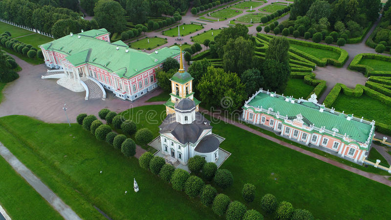 Säteri av Kuskovo i Moskva i aftonen royaltyfri foto