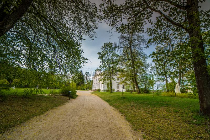 Säteri nära Trakai, i skog arkivfoton