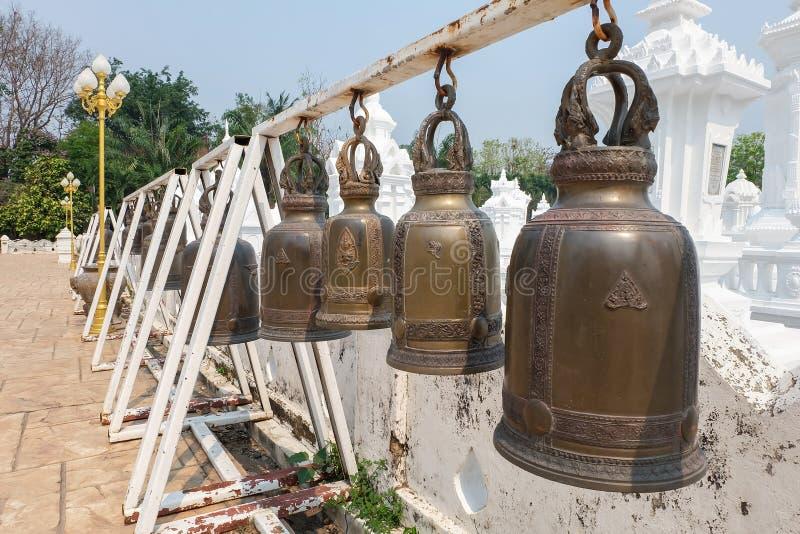 Sätta en klocka på i Wat Suan Dok, thai tempel i Chiang Mai fotografering för bildbyråer