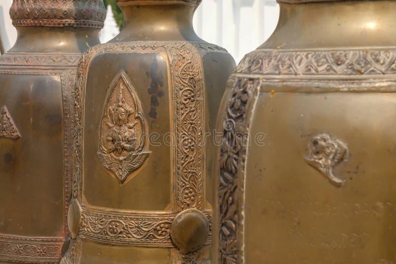 Sätta en klocka på i Wat Suan Dok, thai tempel i Chiang Mai royaltyfri fotografi