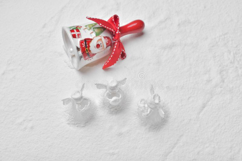 Sätta en klocka på med Santa Claus och crystal ängeljulgarnering in arkivfoto