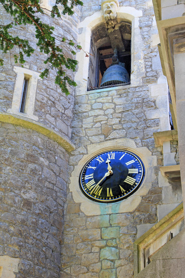 Sätta en klocka på står hög och tar tid på arkivfoto