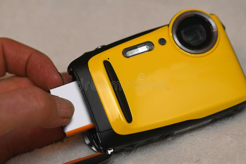 Sätta in ett nytt kamerabatteri fotografering för bildbyråer