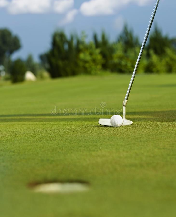 Sätta i golfboll royaltyfri bild