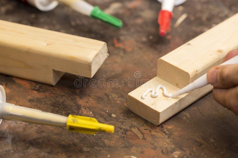 Sätta lim på ett stycke av trä royaltyfri fotografi