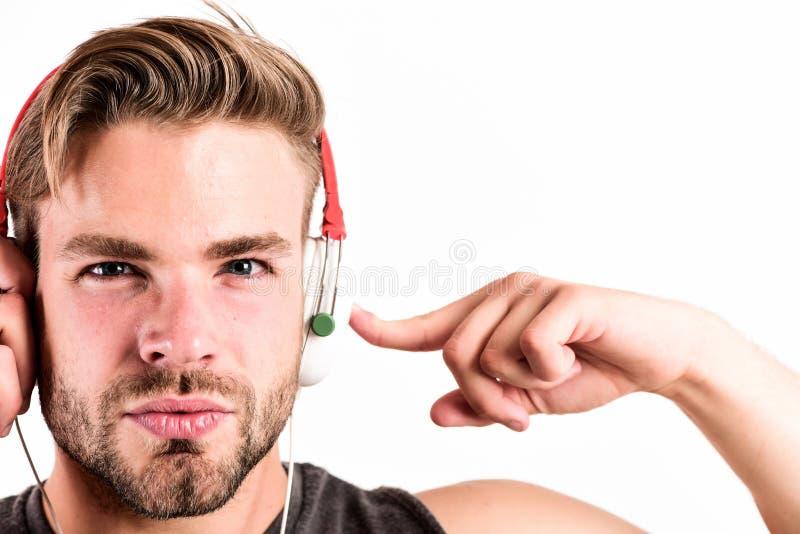 Sätta på hans hörlurar med mikrofon ebook och online-utbildning Musikutbildning den sexiga muskulösa mannen lyssnar ebook Man i h royaltyfri foto