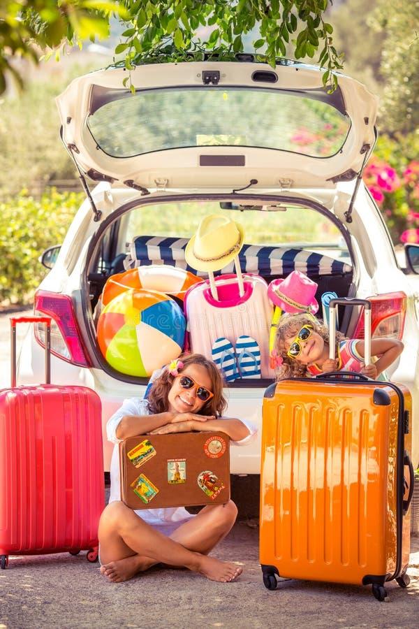 sätta på land barn för white för semestern för sanden för familj fyra tropiskt fotografering för bildbyråer