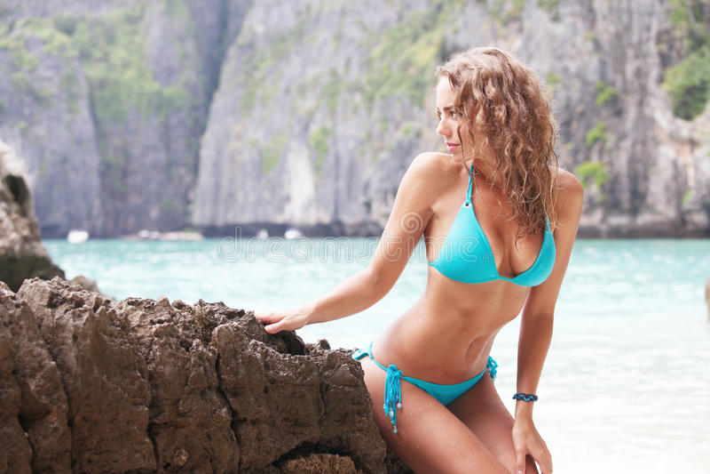 sätta på land bikinikvinnan royaltyfri fotografi