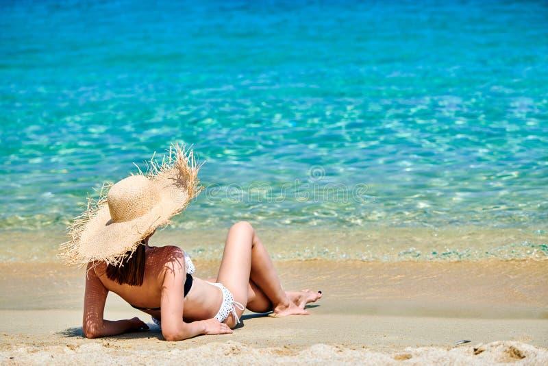 sätta på land bikinikvinnan arkivfoto