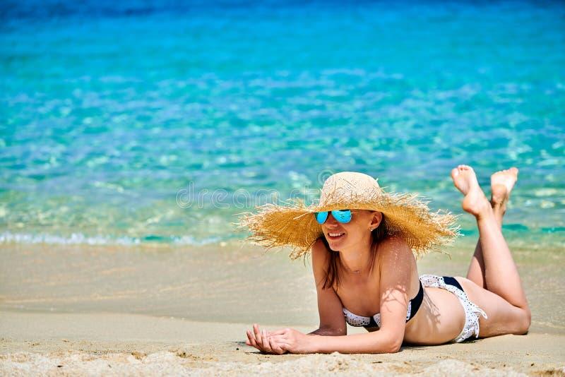 sätta på land bikinikvinnan royaltyfria foton