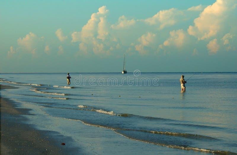 sätta på land den fiska florida Fort Myers bränningen royaltyfria bilder