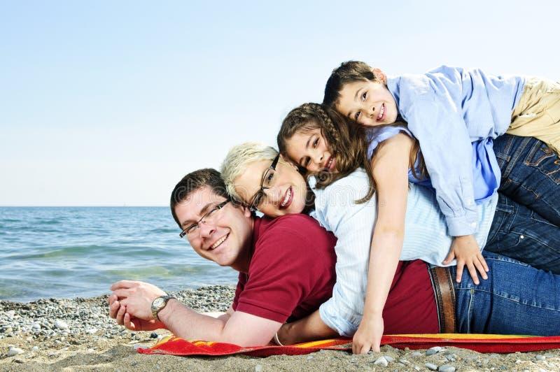 sätta på land den lyckliga familjen royaltyfri bild
