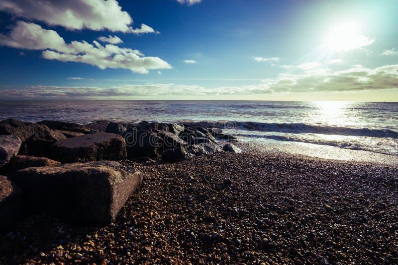 sätta på land den molniga kustlinjevädervintern royaltyfria bilder
