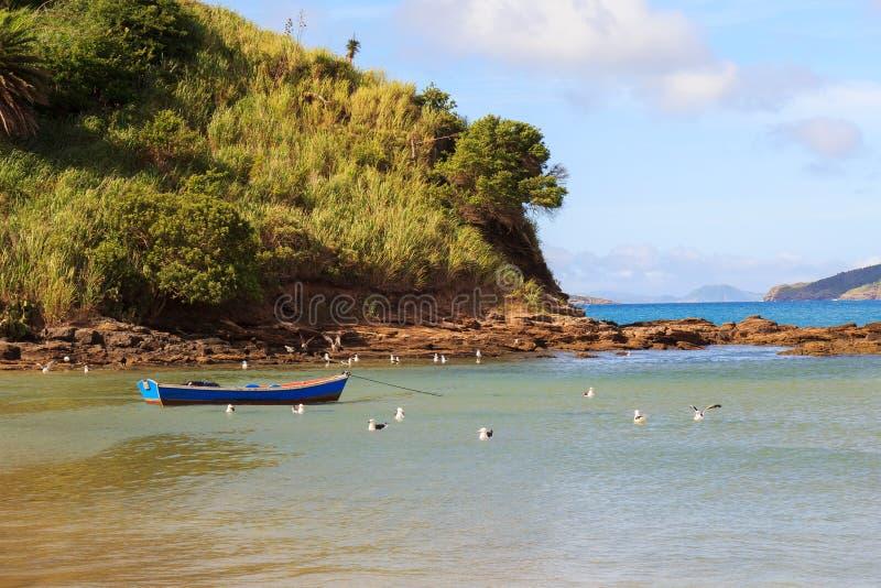 Sätta på land det Ferradura havet, sandpappra, vagga, fartyget, seagull i Búzios nära royaltyfria bilder