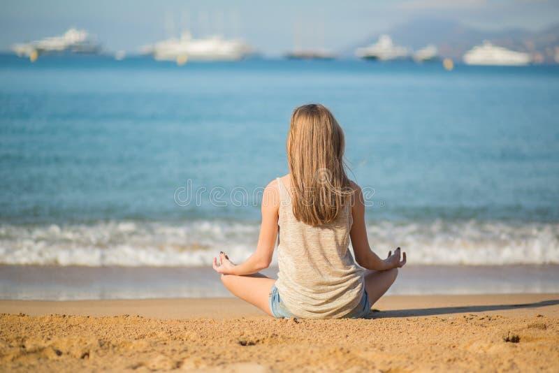sätta på land det stängda begreppet som tycker om barn för yoga för kvinna för sommar för avkoppling för pos royaltyfri bild
