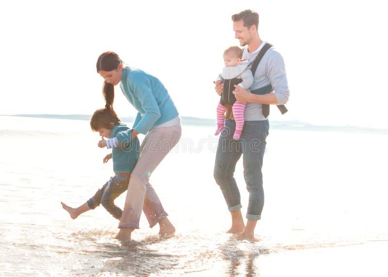 sätta på land familjen fotografering för bildbyråer