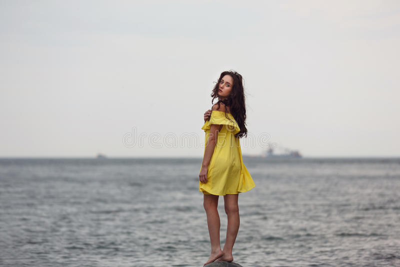 sätta på land flickabarn fotografering för bildbyråer