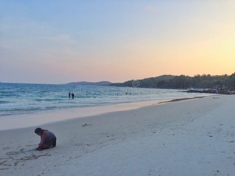 Sätta på land i solnedgång arkivbild