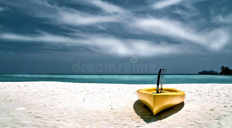 sätta på land kanoten royaltyfri bild